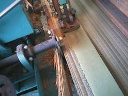 逢着機で余分な畳床を裁断しながら畳縁を縫い付けます。
